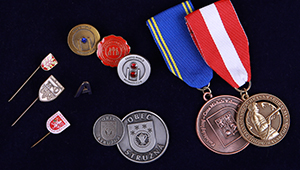 Odznaky, medaily, mince, vyznamenania