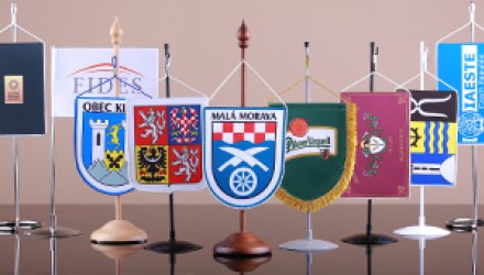Stolné vlajočky a stojany