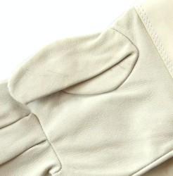 Detail kožených rukavíc