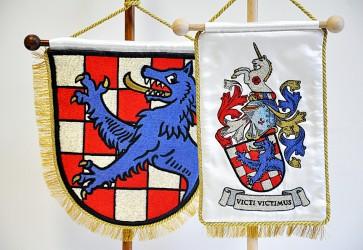 Ukážka realizácie osobného znaku, detail výšivky stolných vlajočiek s osobním znakom