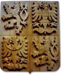 Ručně vyřezávaný znak České republiky v tmavém provedení