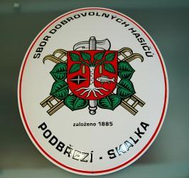 Smaltovaná hasičská oválna ceduľa so znakom SH ČMS a so znakom obce, mestá, predmestia