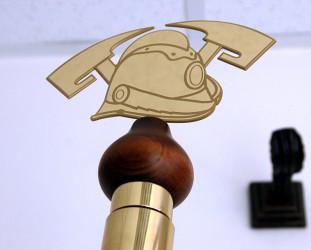 Hlavice k žrdi s motívom hasičskej prilby