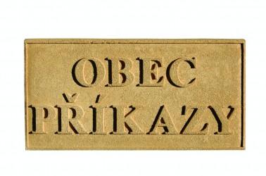 Pieskovcová tabuľka s názvom obce, mesta, predmestia