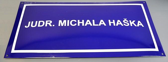 Smaltovaná uličná ceduľa s textom, číslom a rámčekom
