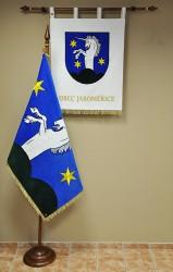Vyšívaná slávnostná vlajka a znak obce Jaroměřice