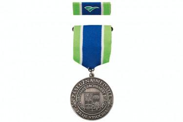 Záslužná medaila na závesnej stuhe a s klopovou stužkou