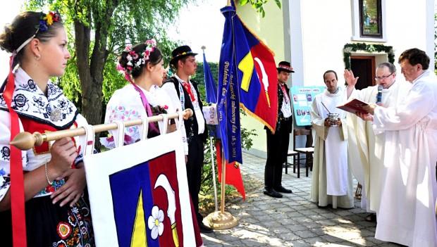Žehnání vyšívaného znaku a vlajky obce Silůvky