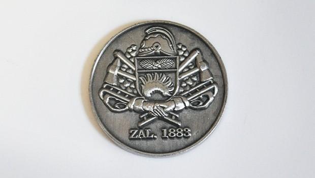 Odznaky, mince, medaile, vyznamenání, kravatové spony