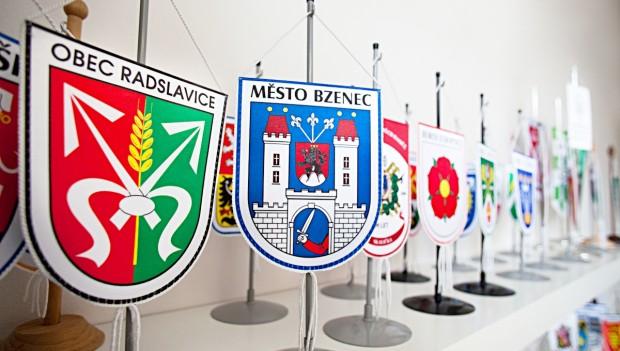 Stolní vlaječky se znakem a názvem obce, města, městysu